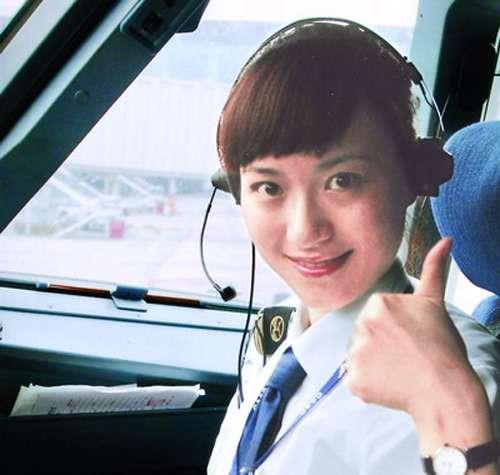 成为中国首名民航女飞行员