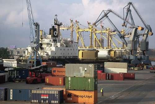 图:汉堡港码头繁忙景象,集装箱船在卸货