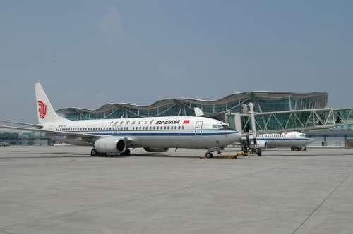 一架飞机停靠在重庆江北国际机场